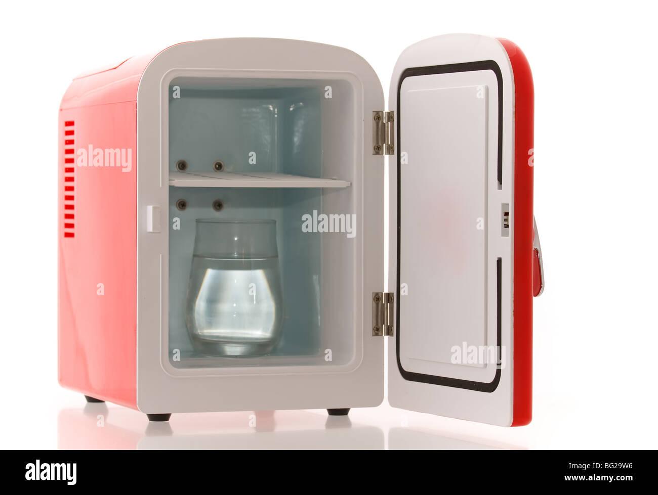 Mini Kühlschrank : Glänzend hell rot mini kühlschrank stockfoto bild  alamy