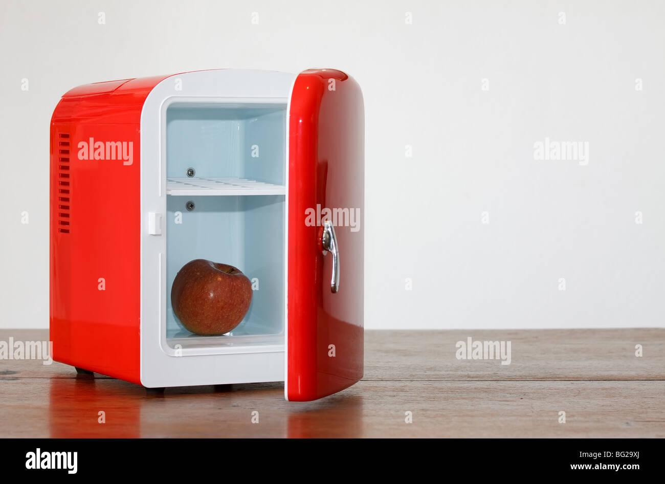 Mini Kühlschrank Retro : Glänzend hell rot mini kühlschrank stockfoto bild  alamy