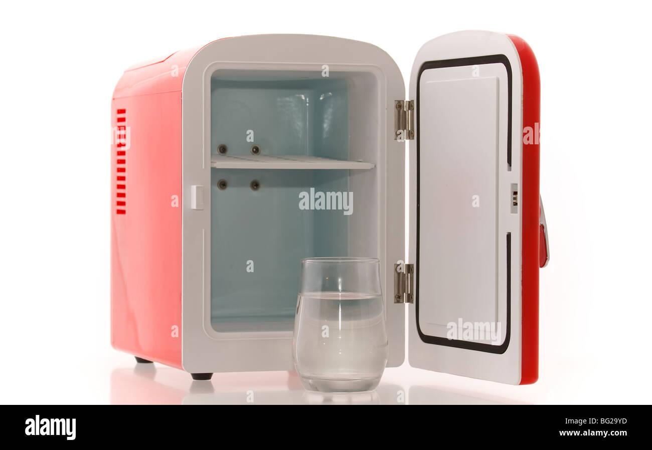Kleiner Kühlschrank A : Glänzend hell rot mini kühlschrank stockfoto bild  alamy