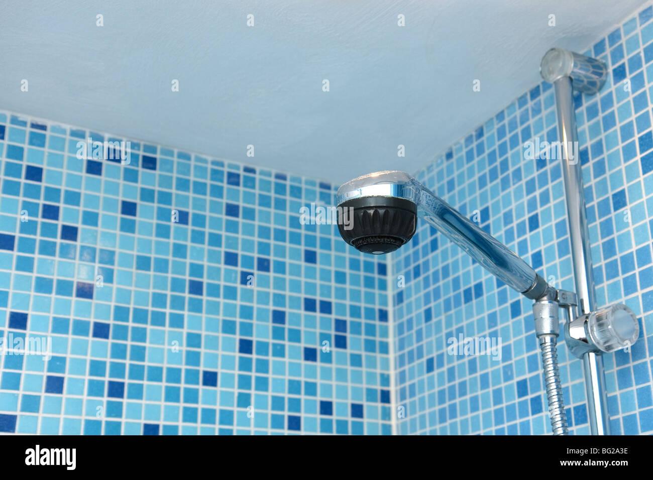 Duschkopf im Bad des blauen Mosaik Fliesen Stockfotografie   Alamy