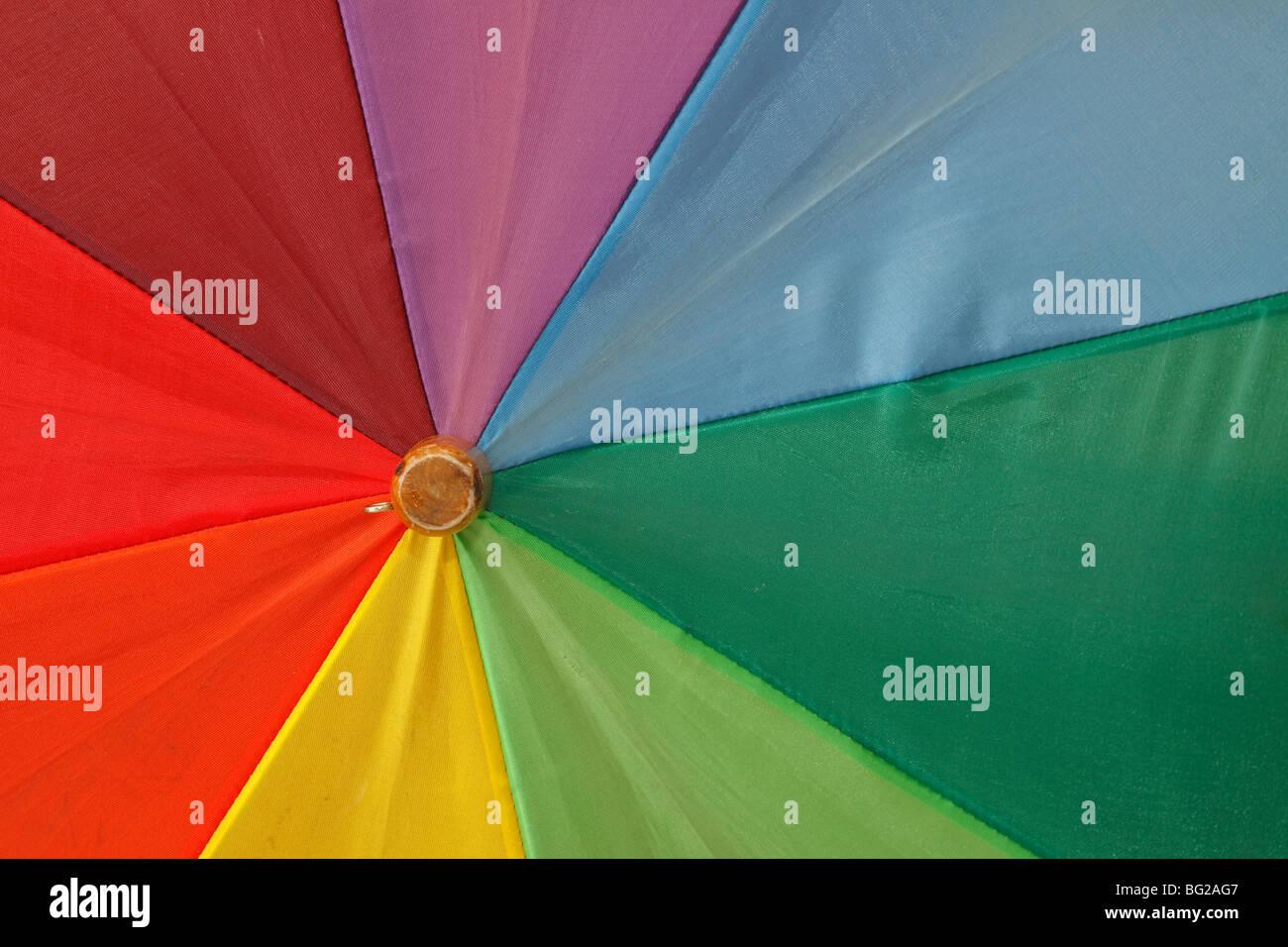 Hochauflösende Nahaufnahmen gedreht der Schirm in Regenbogenfarben Stockbild