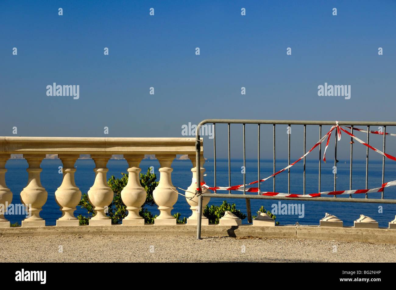 Gebrochen Balustrade mit Schutzbarriere & Warnung Band mit Blick auf Mittelmeer, Valmer Garten & Villa, Stockbild