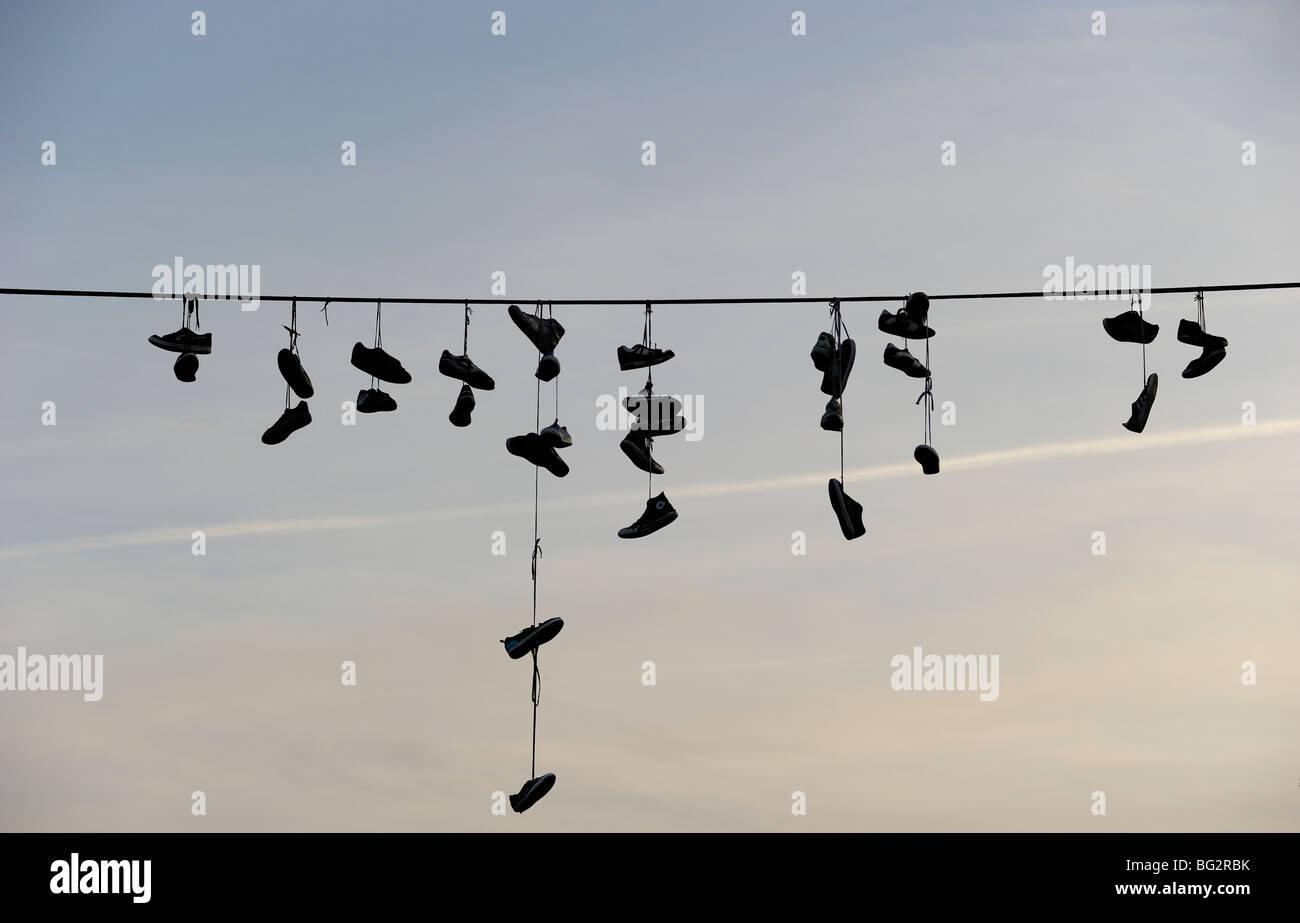 Schuhe von Stromleitung hängen Stockfoto, Bild: 27107127 Alamy