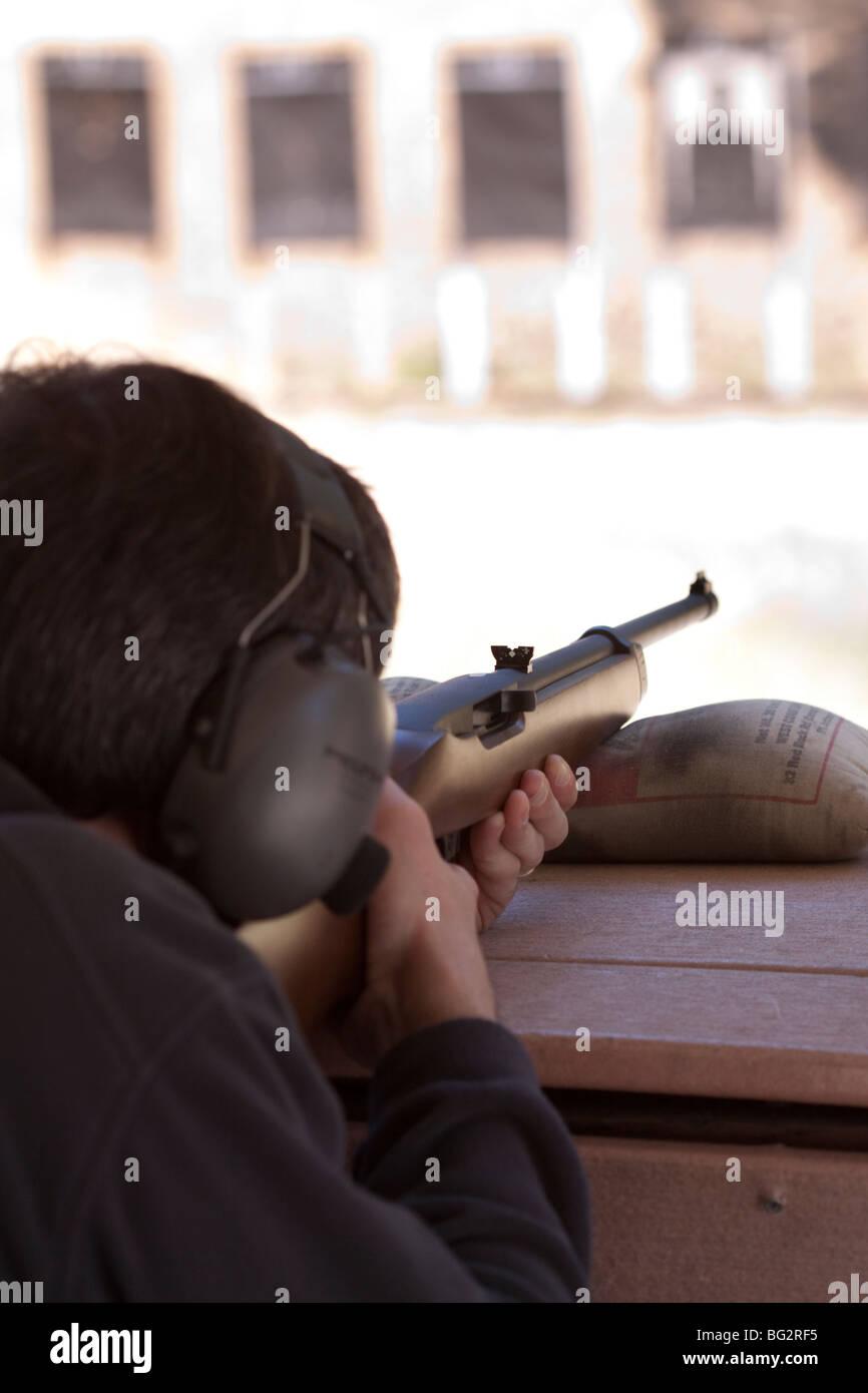 Mann mit dem Ziel Ruger 10/22 Gewehr auf Ziele in Los Altos Rod and Gun Club im freien Pistole Bereich Stockbild