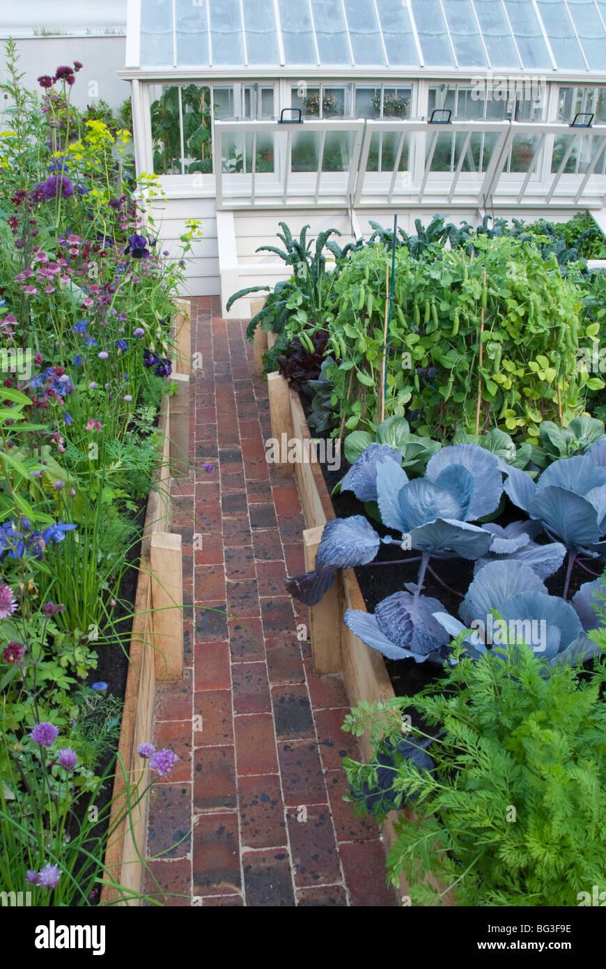 Schöner Gemüsegarten Mit Hochbeeten, Ziegelsteinweg, Moderne Gehobene  Gewächshaus U0026 Blume Garten Im Hinterhof Garten