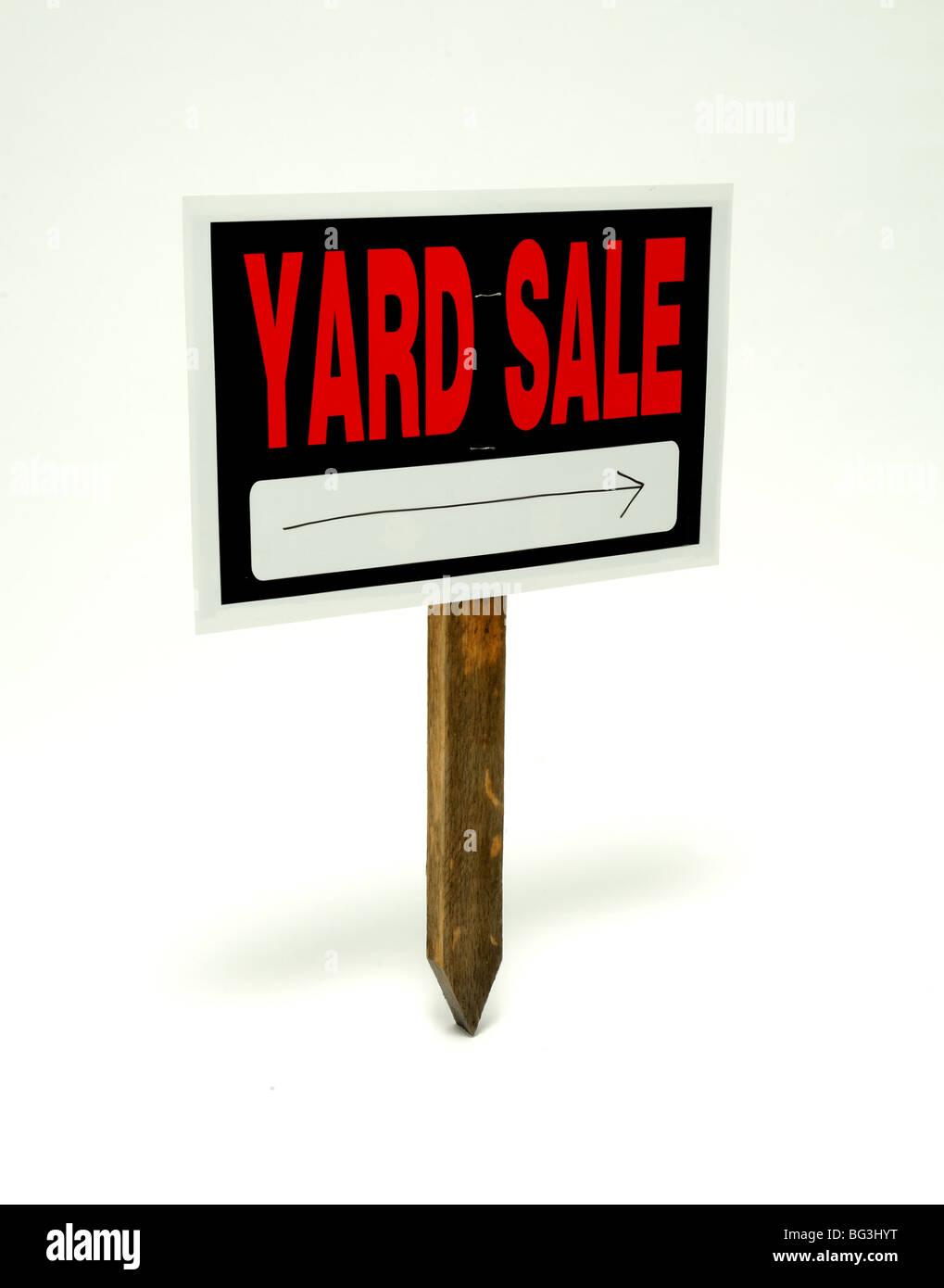 Yard Sale Schild mit einem Pfeil auf einem hölzernen Pfosten Stockbild