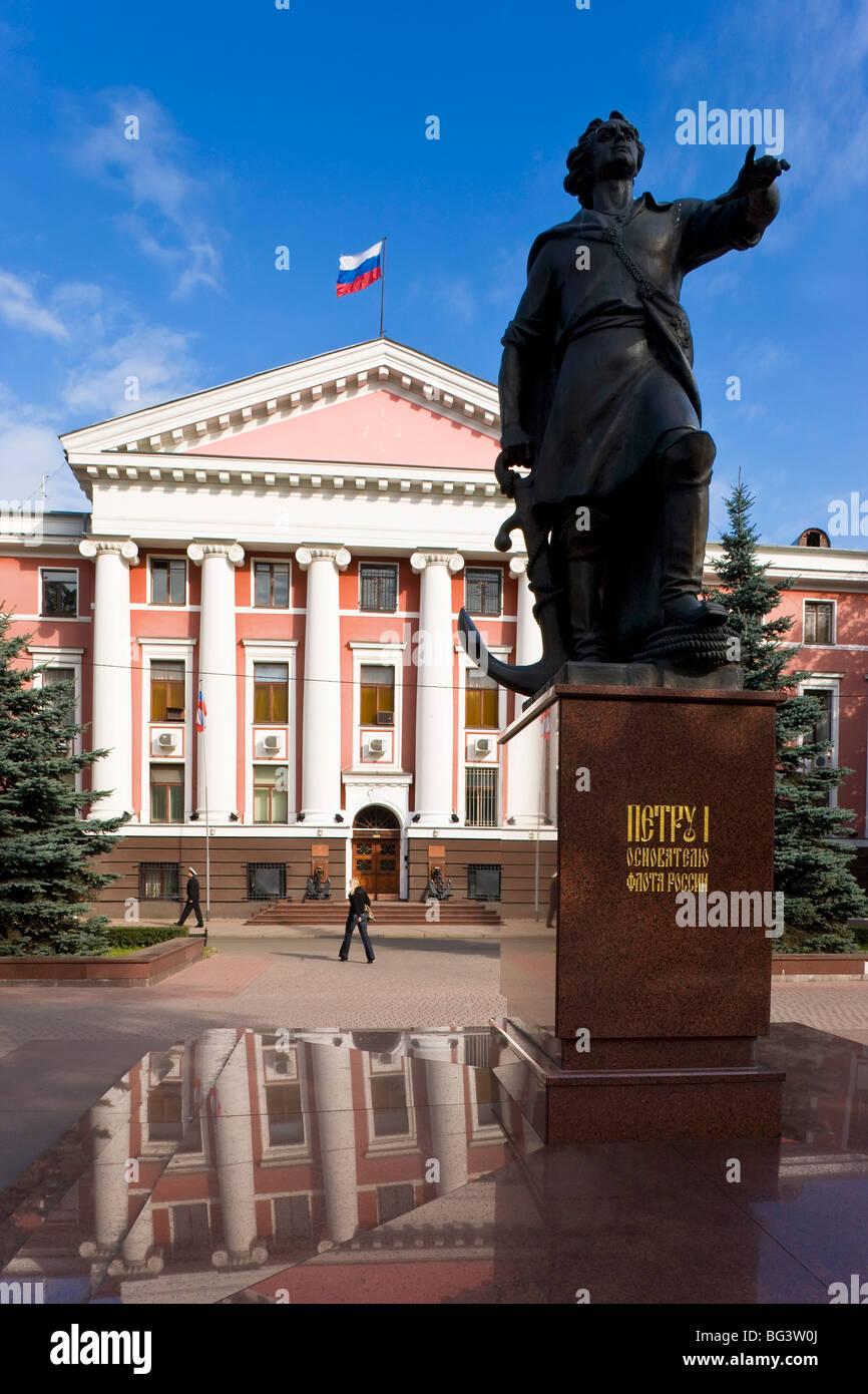 Verwaltungsgebäude der russischen baltischen Flotte und Statue von Peter dem großen, Kaliningrad, Russland, Europa Stockfoto