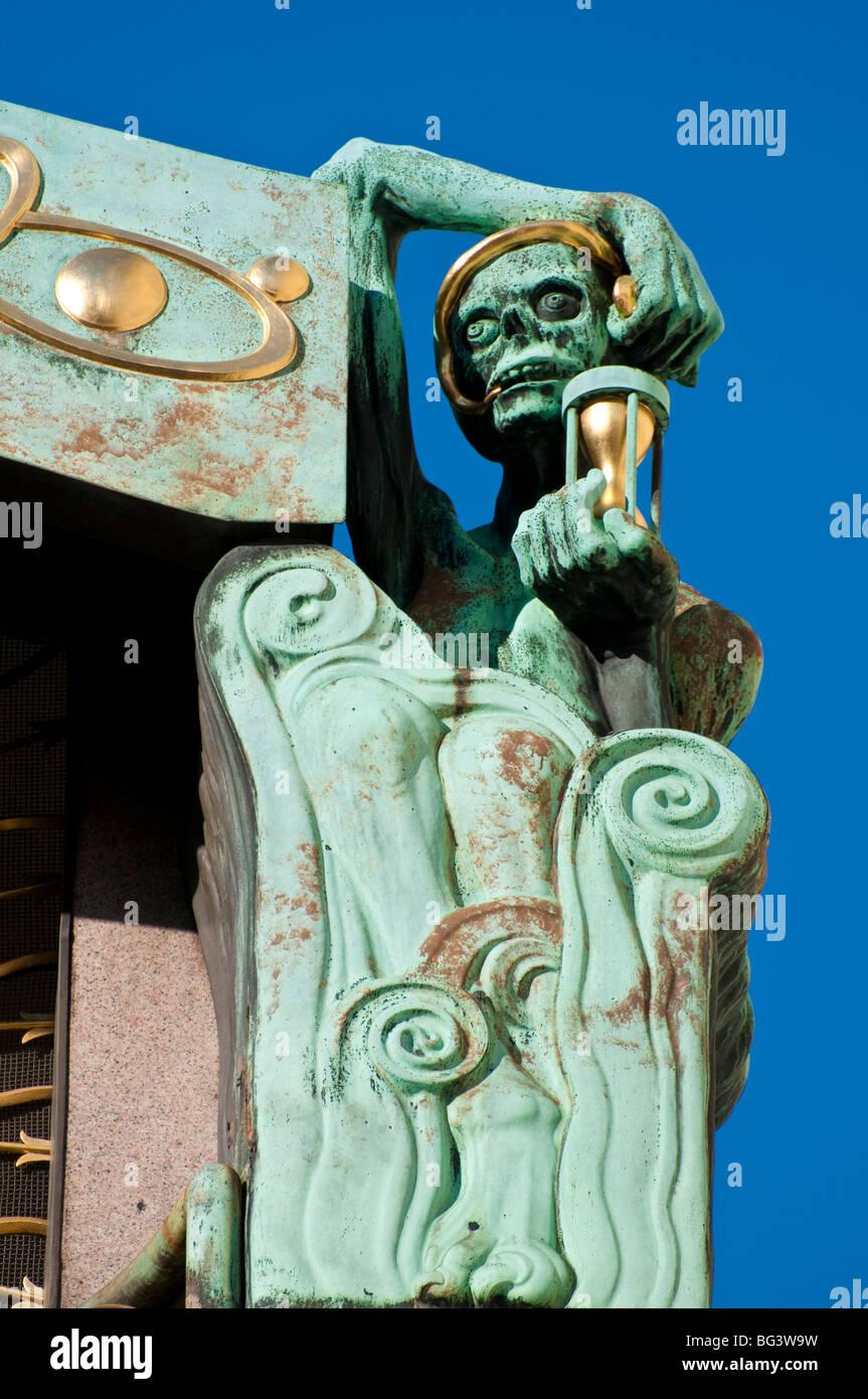 Detail der Tod Mit Sanduhr, Ankeruhr, Jugendstil, Wien, Österreich | Tod-Symbol, Ankeruhr, Art Nouveau, Wien, Österreich Stockfoto
