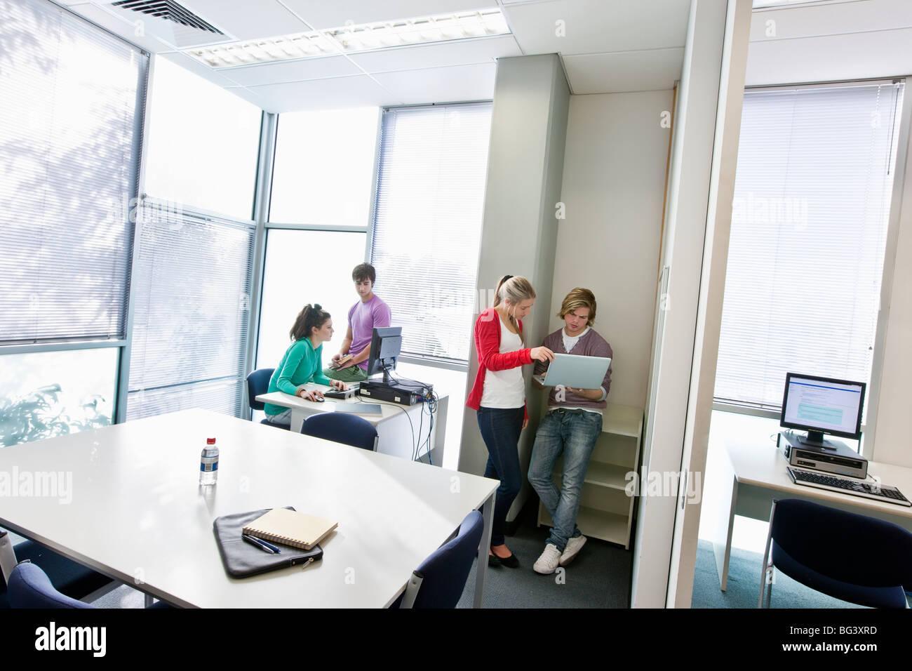Studenten, die mit dem Computer Stockbild