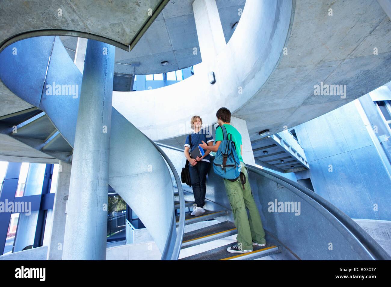 Studenten auf Treppe Stockbild