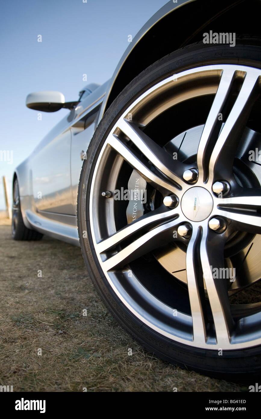Nahaufnahme von Vorderrad abseits des Aston Martin Vantage Stockbild