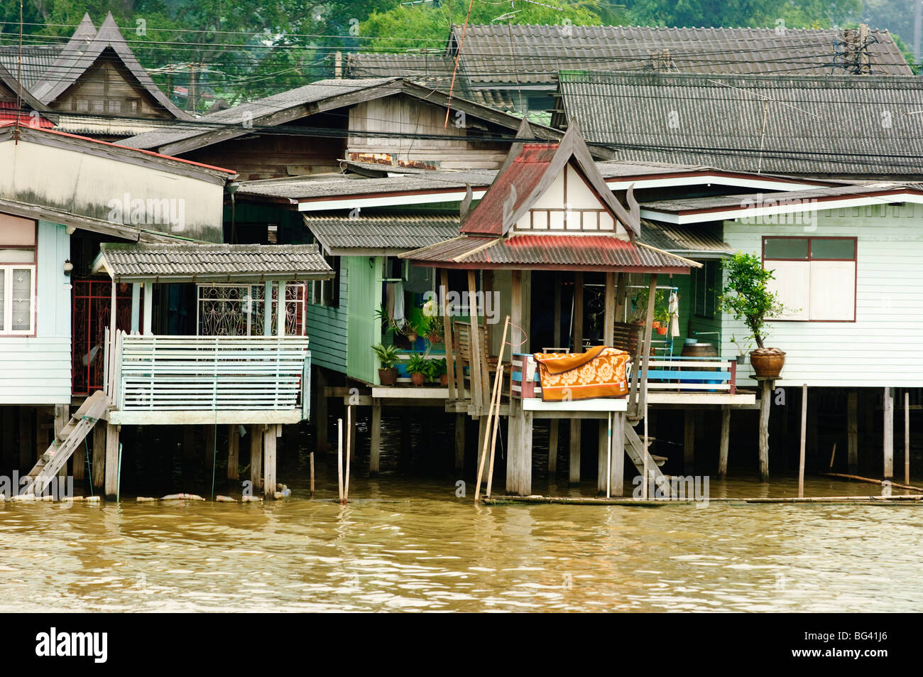 H user auf dem chao phraya river in bangkok thailand for Traditionelles thai haus