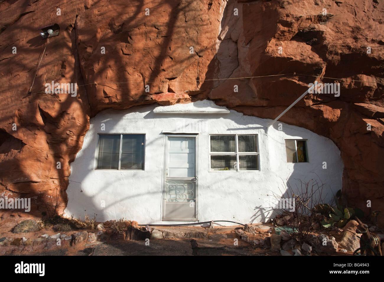 USA, Utah, Moab, Loch im Felsen Tourist Shop, kleinen Anhänger in Berg, winter Stockbild