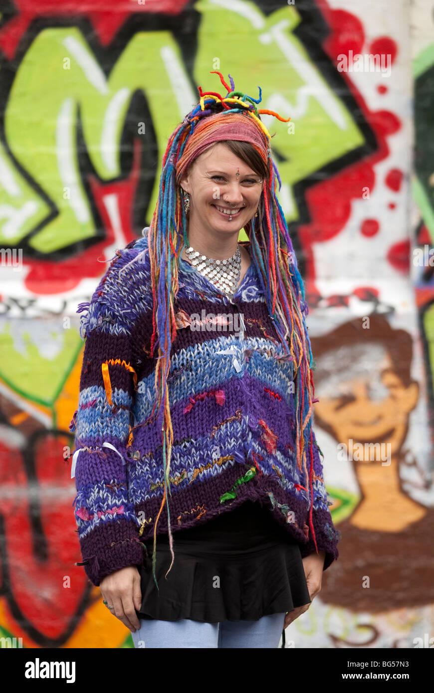 Alternative Kleidung junge frau hippie mit multi coloriertes haar und alternative