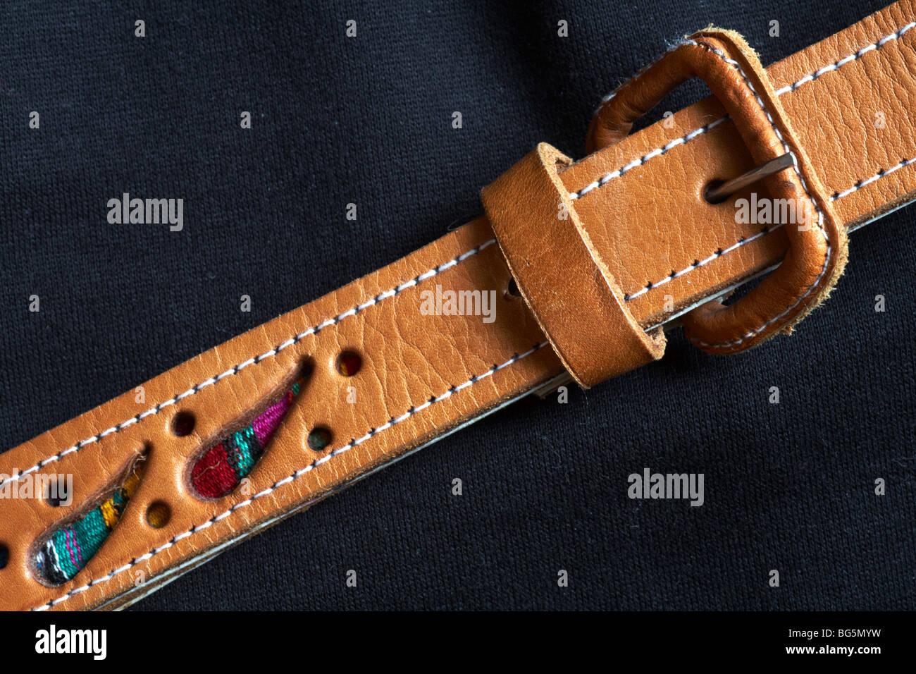87caf27e2b6fb3 Brauner Ledergürtel mit schwarzen T-shirt und Hose getragen Stockbild