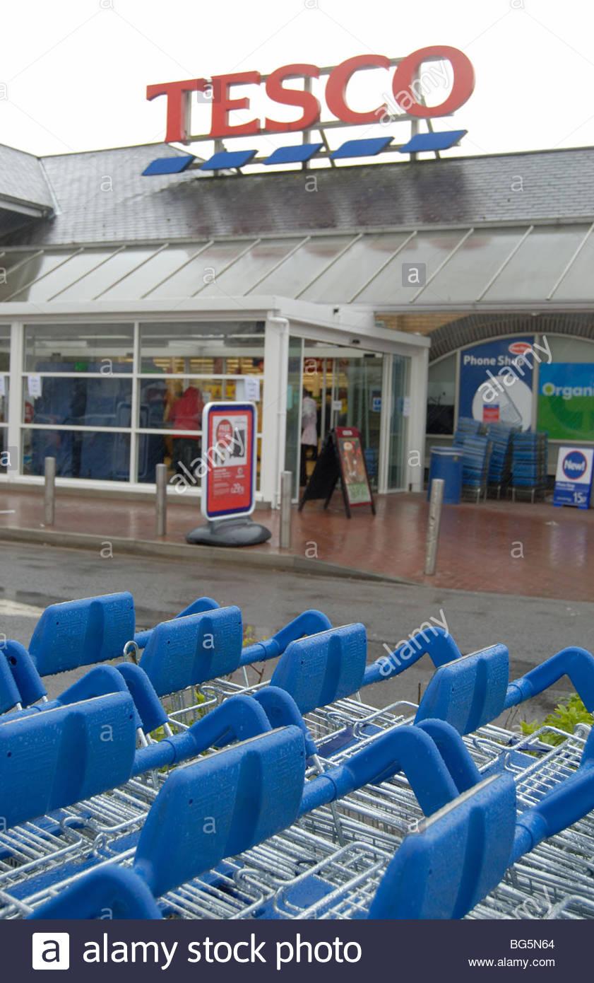 Ely UK: Einkaufswagen außerhalb ein Zweig der Tesco an einem regnerischen Tag. Stockbild