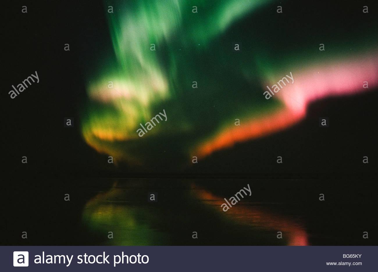 Alaska. Anchorage. Northern Lights reflektieren im Cook Inlet. Stockbild