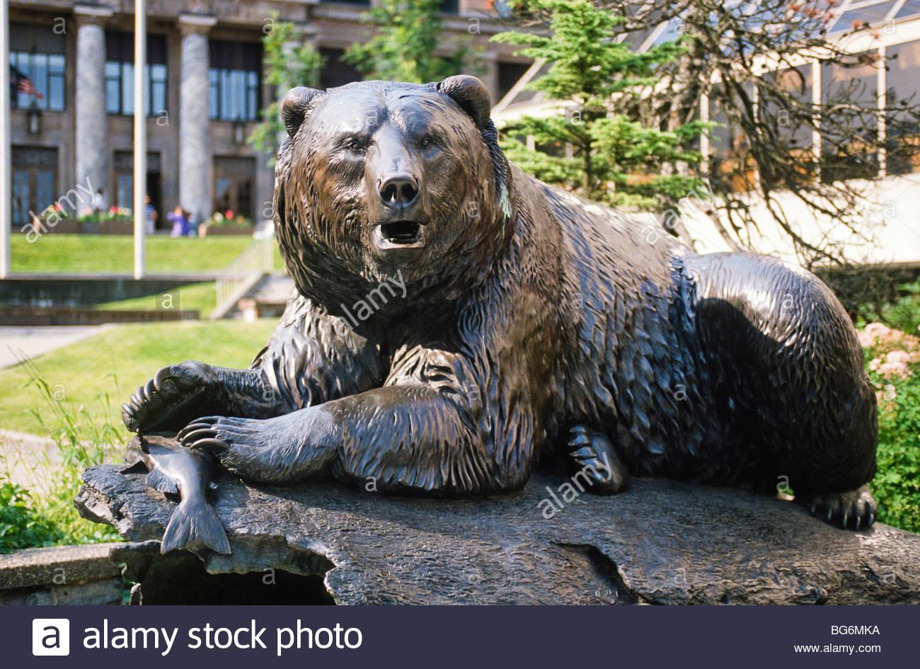 "Alaska. Juneau. Skulptur mit dem Titel ""Der Windfall Fischer"" nahe dem State Capitol Building. Stockbild"