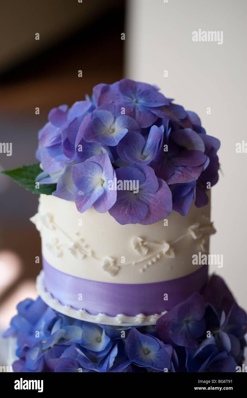 Hochzeitstorte Mit Hortensien Am Oberen Und Mittleren Ebene