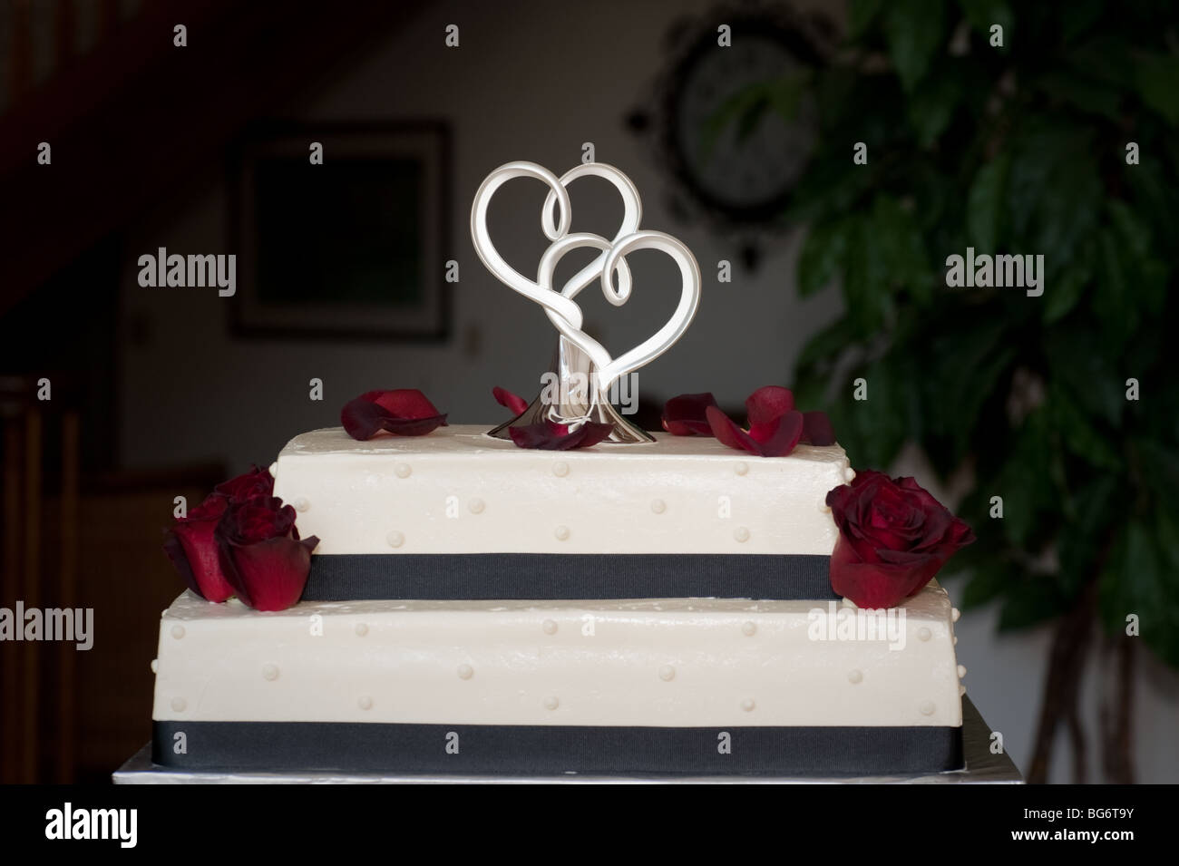 Hochzeitstorte Mit Zwei Herzen An Der Spitze Stockfoto Bild