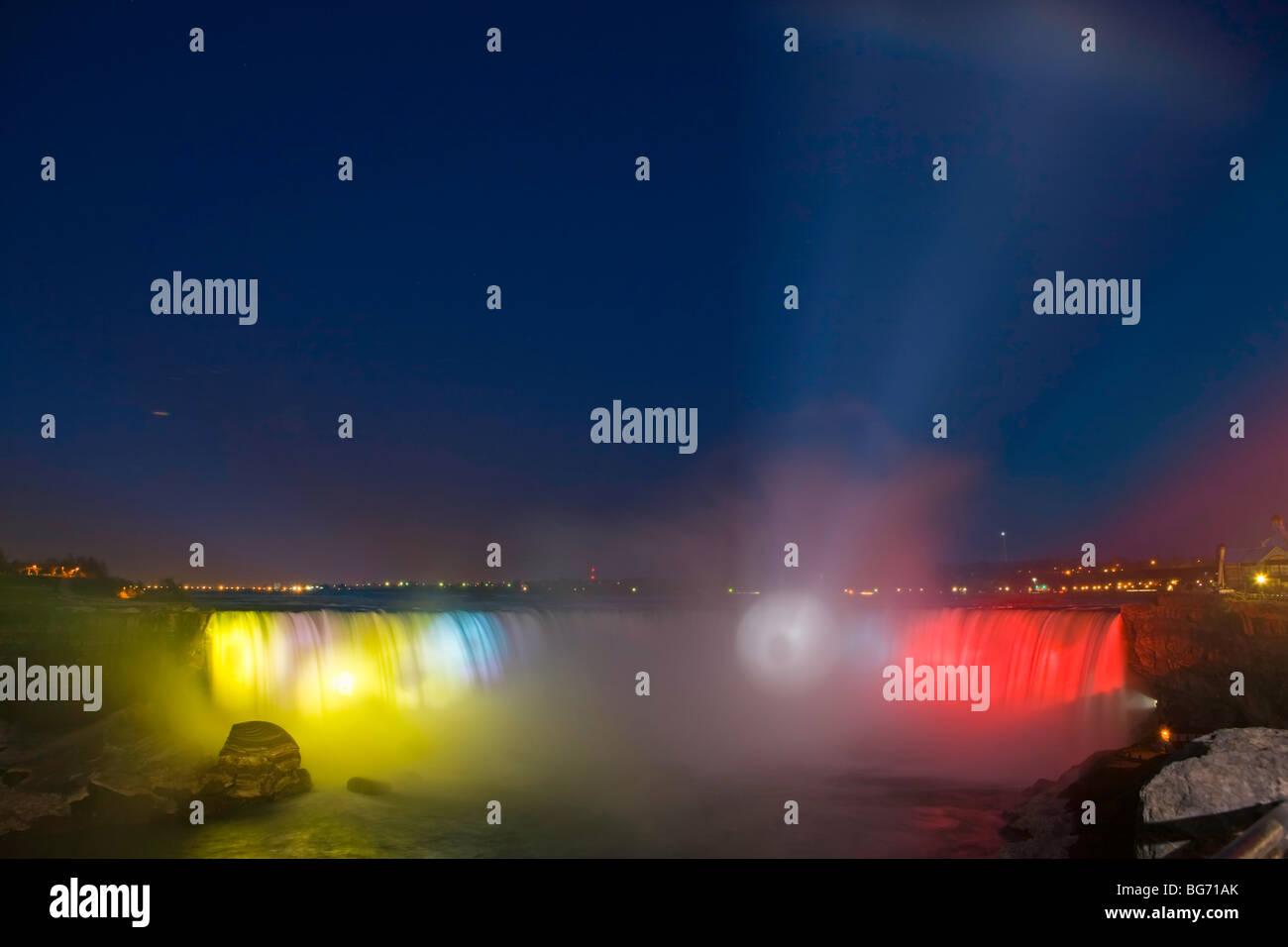 Horseshoe Falls entlang des Niagara-Flusses in der Abenddämmerung während der nächtlichen fällt Stockbild