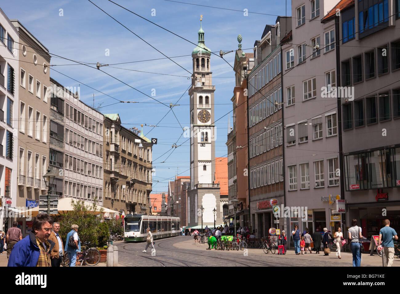 Maximilianstraße Augsburg Bayern Deutschland. Stadtzentrum Straßenszene mit Perlachturm Uhrturm über. Stockbild