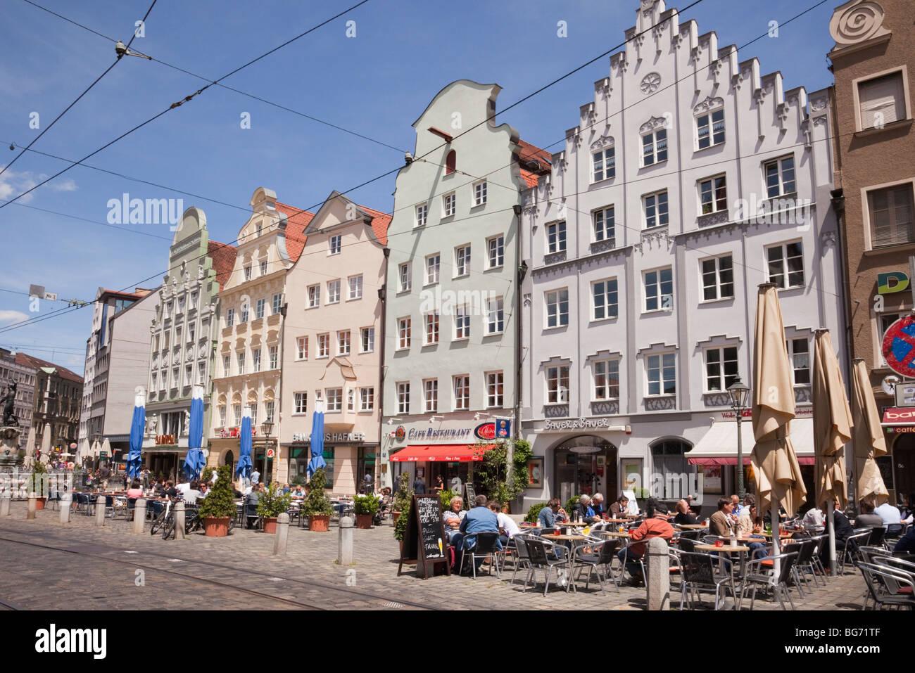 Maximilianstraße Augsburg Bayern Deutschland. Stadtzentrum Straßenszene mit Menschen in Straßencafés Stockbild
