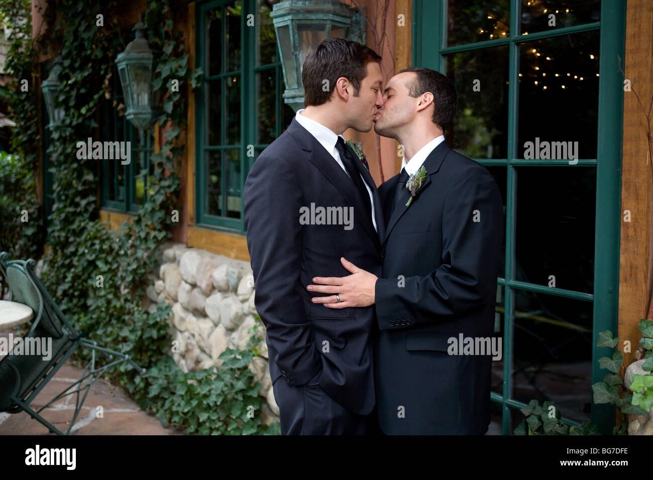 Zwei schwule Männer küssen und lächelnd nach ihrer Hochzeit ...