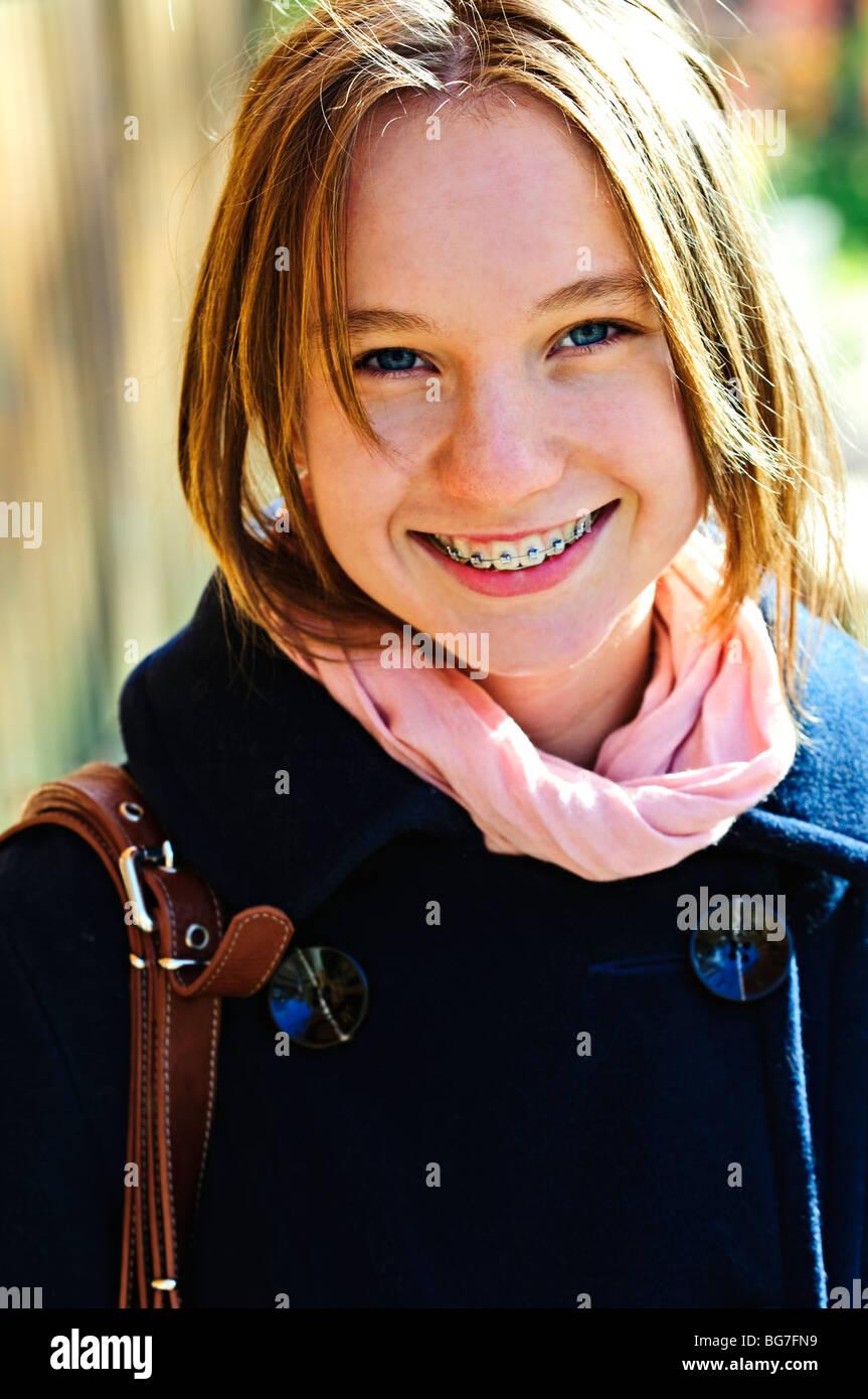 huge discount 62582 06b4b Porträt von Teenager-Mädchen Lächeln auf den Lippen tragen ...