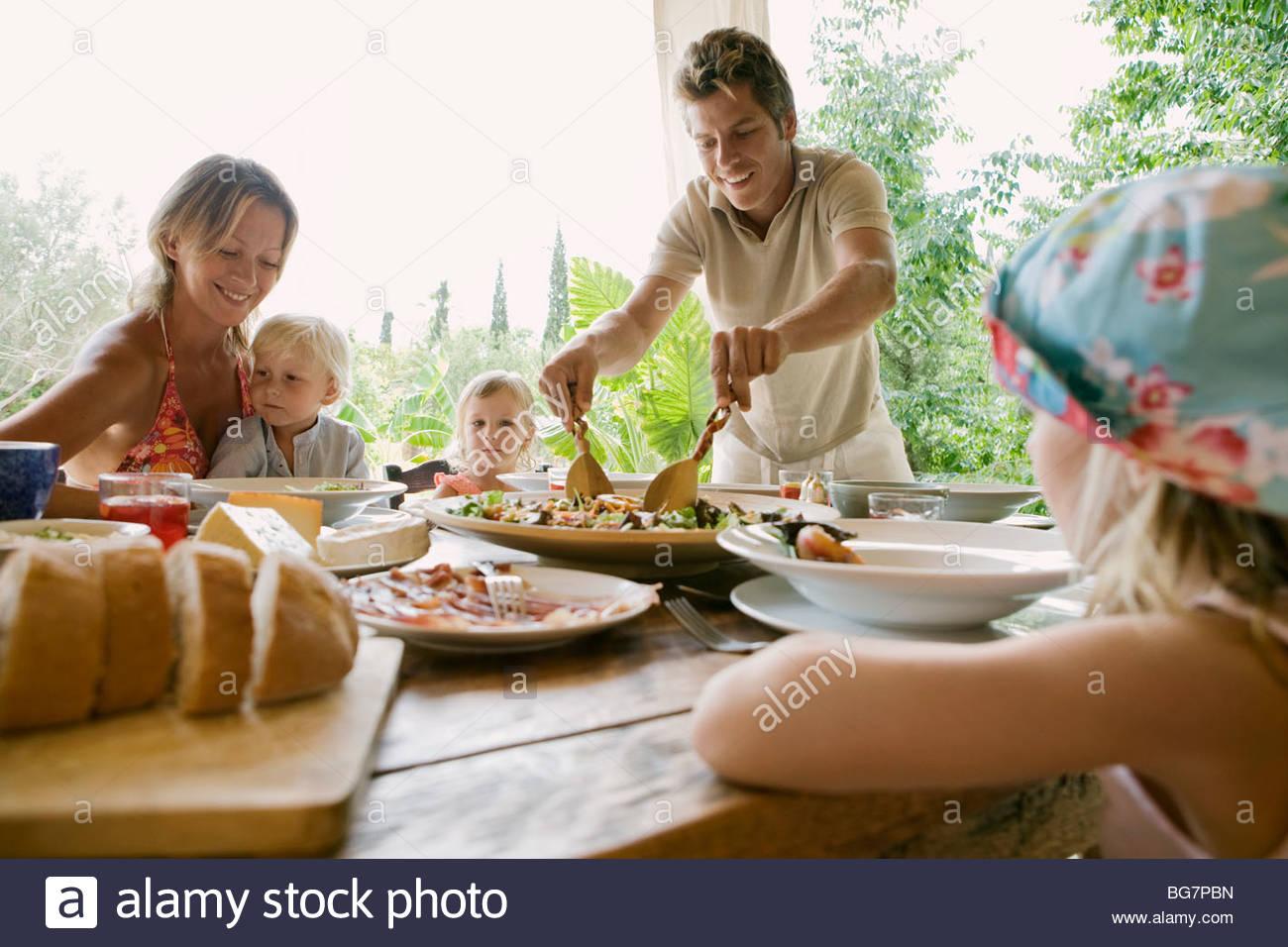 Familie beim Abendessen Stockbild