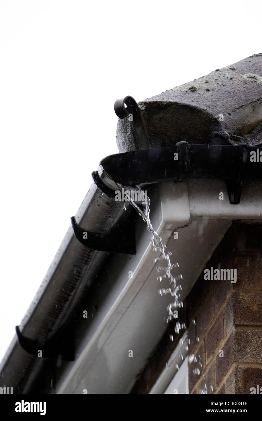 eine undichte kunststoff dachrinne stockfoto, bild: 27224303 - alamy