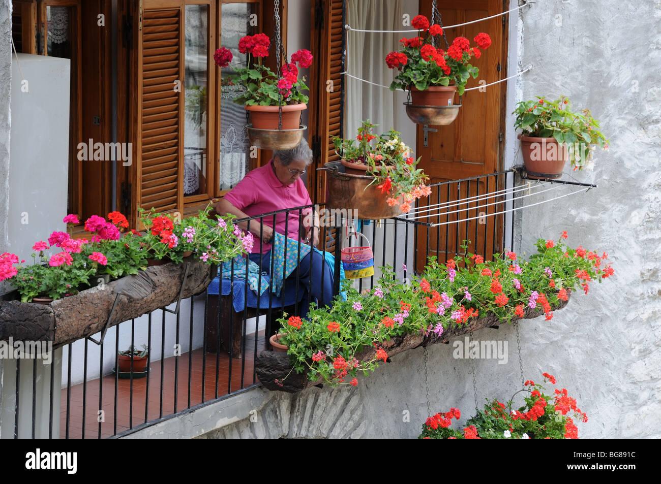 Alte Dame Nahen Auf Balkon Umgeben Von Balkonkasten Pflanzen Topfe