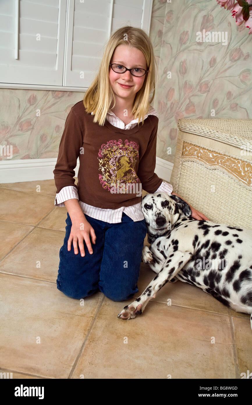 9-10 jährige Mädchen zärtlich sein mit Ihrem Haustier Kind spielen ...