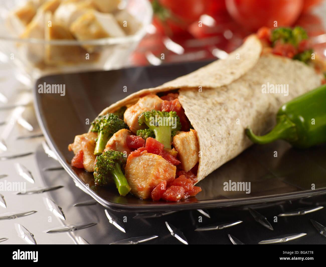 Huhn und Brokkoli Burrito mit Vollkorn-tortilla Stockbild