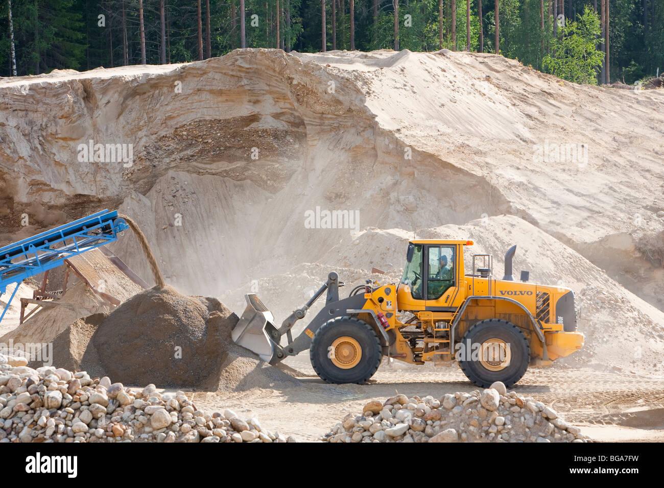 Frontlader laden von sand in einem sandkasten finnland stockfoto