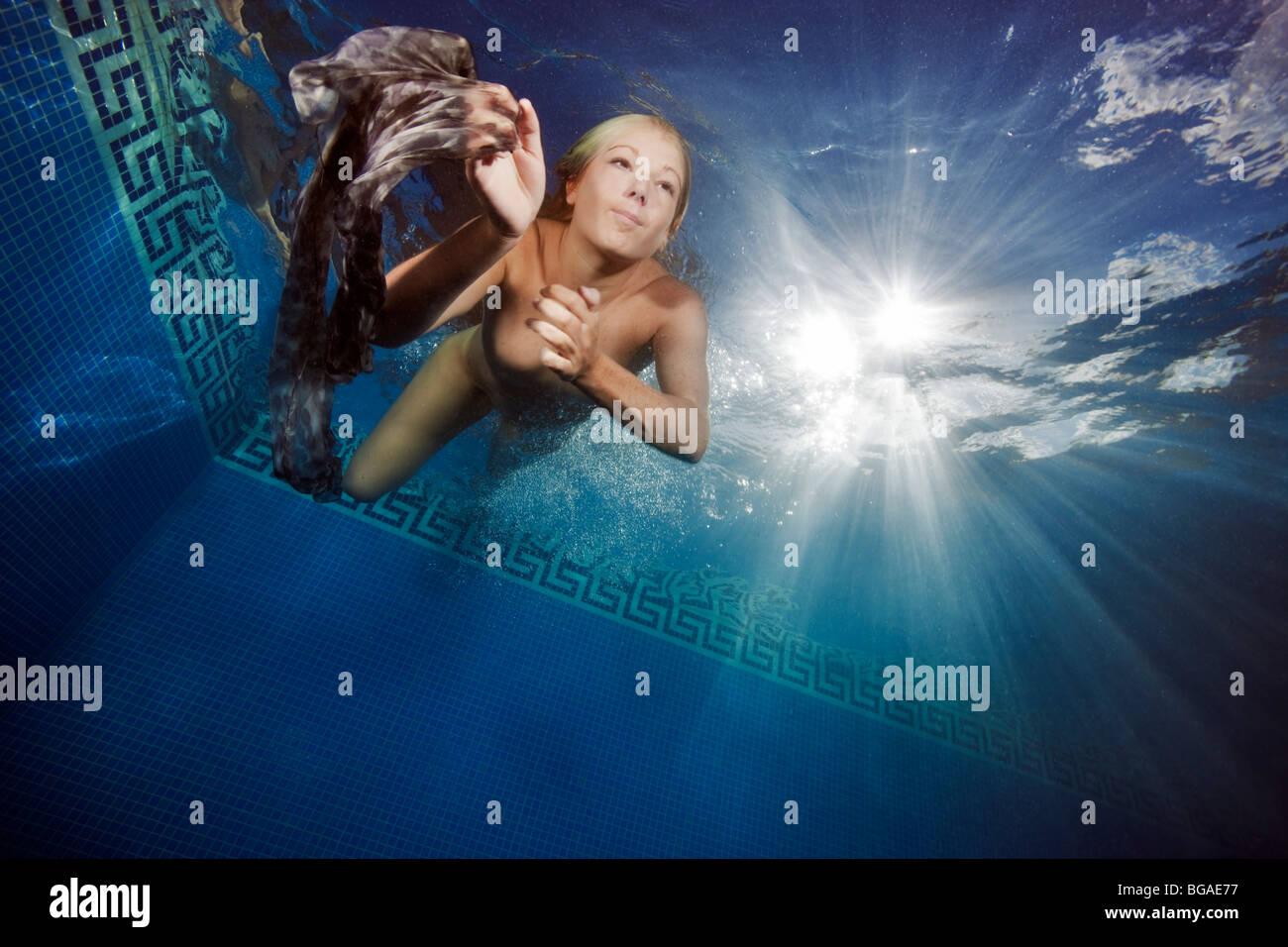 mädchen nackt unterwasser