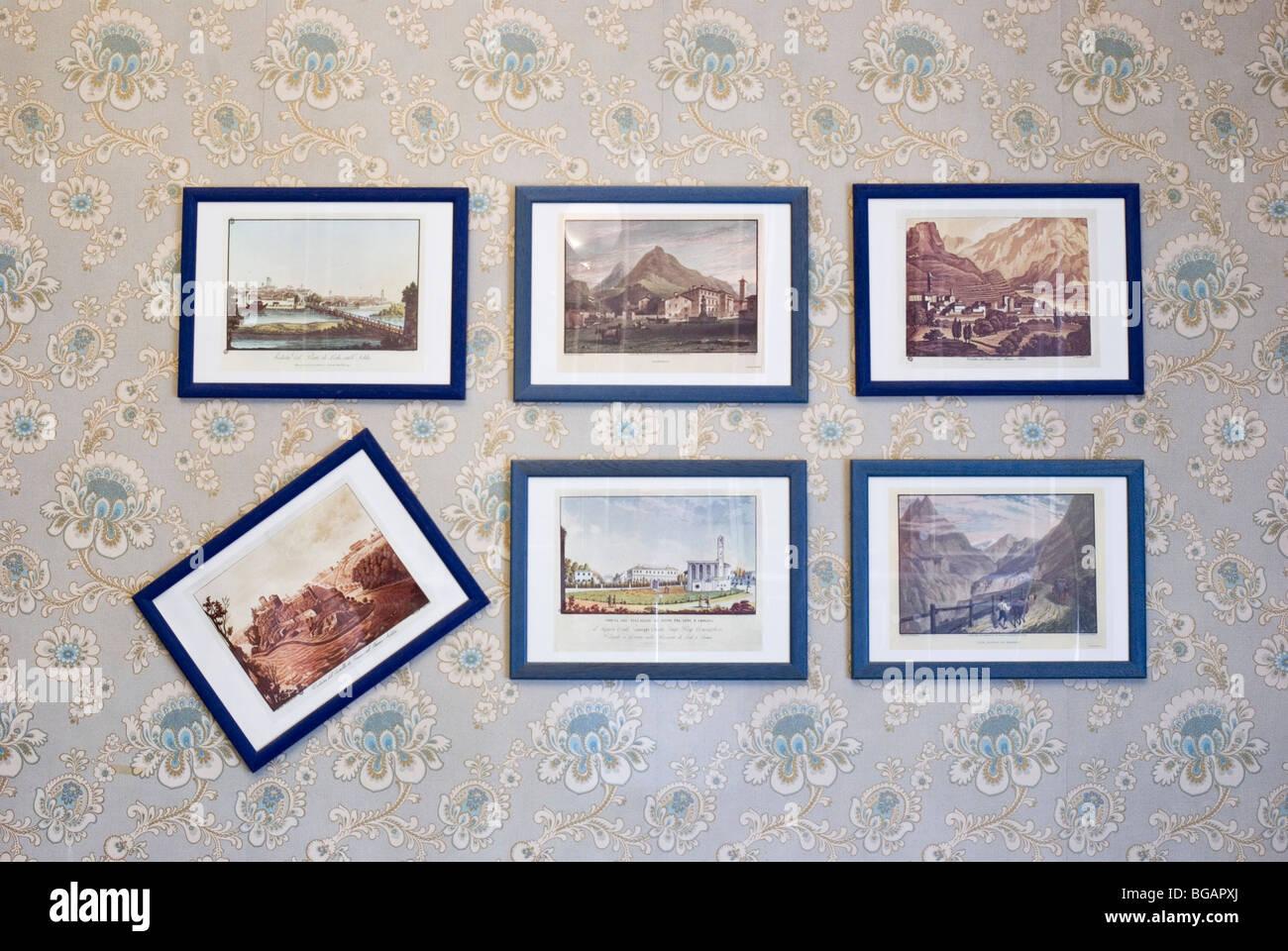 Gerahmte Gemälde in einer Reihe an Wand gehängt Stockfoto, Bild ...