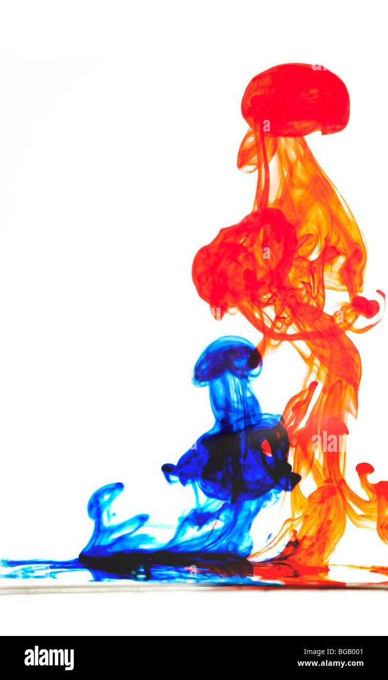 Wirbel im Wasser färben Stockbild