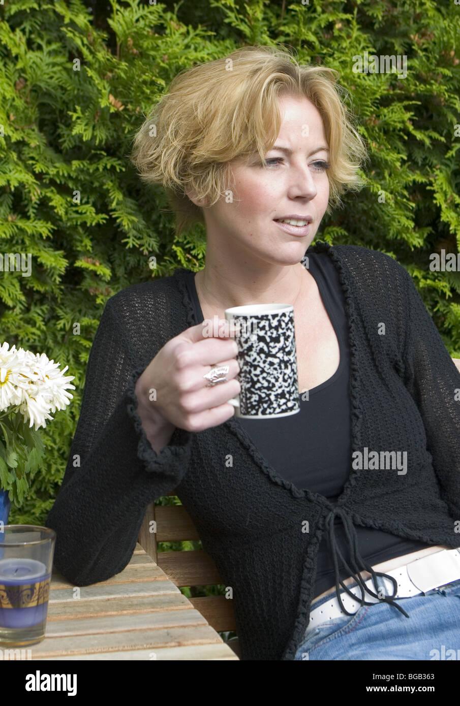 Erwachsene Frau Trinken Kaffee Oder Tee Im Garten Stockfoto Bild