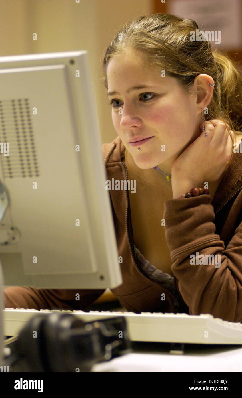 Lizenzfreie kostenlose Foto Mädchen-College-Studentin auf Computer Erforschung London UK Stockbild