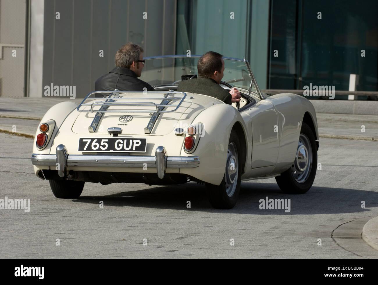 MGA klassisch Englisch öffnen Sportwagen Kurvenfahrt Stockbild