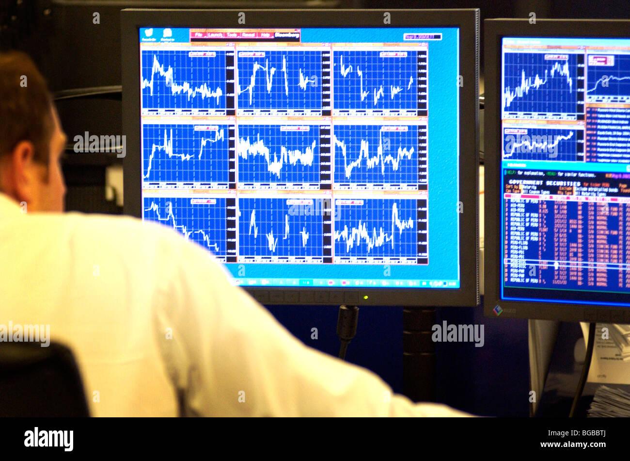 Lizenzfreie kostenlose Foto von Unternehmen Händler suchen am Computer-Bildschirm mit Aktien Börse UK Stockbild