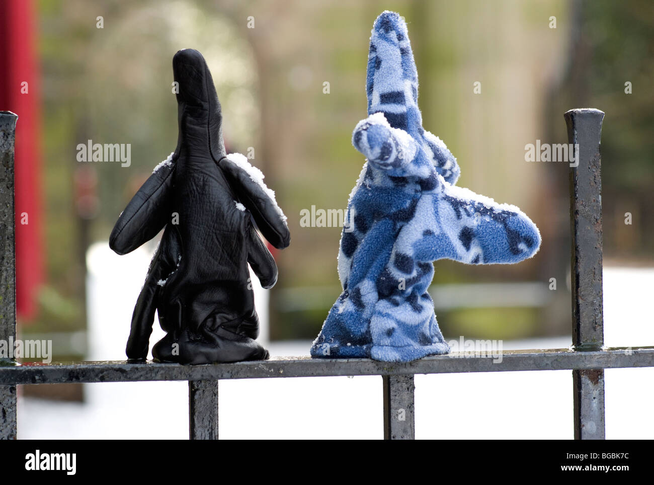 Handschuhe auf Geländer im Schnee verloren Stockbild