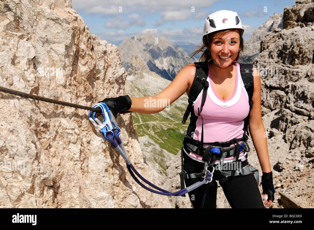 Klettersteig Weibl : Kletterer frau am klettersteig auf paterno alta pusteria
