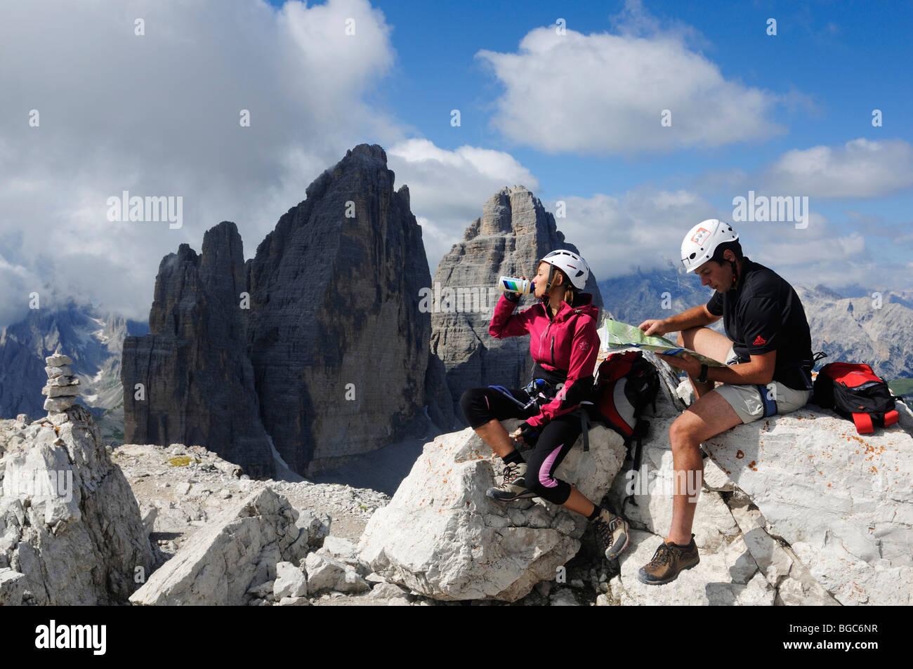 Klettersteig Italien : Kletterer am klettersteig auf paterno drei zinnen alta pusteria