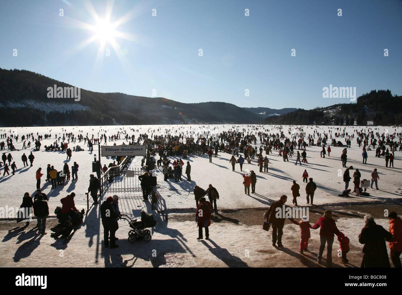 Menschenmassen auf dem zugefrorenen Titisee-See im Schwarzwald, Baden-Württemberg, Deutschland, Europa Stockbild