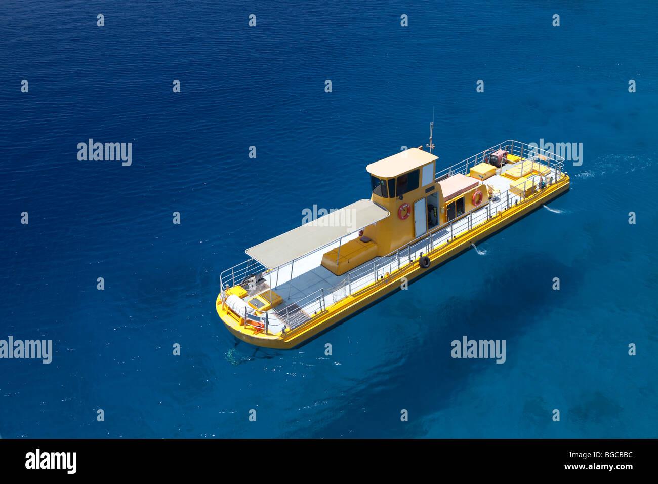 Im Süden Israels, Eilat Stadt, ein gelbes Boot im Meer Stockbild