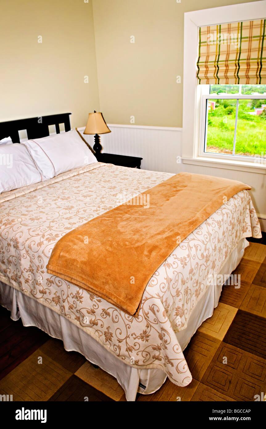 Schlafzimmer Innenraum mit bequemen Queensize-Bett mit Blick ...