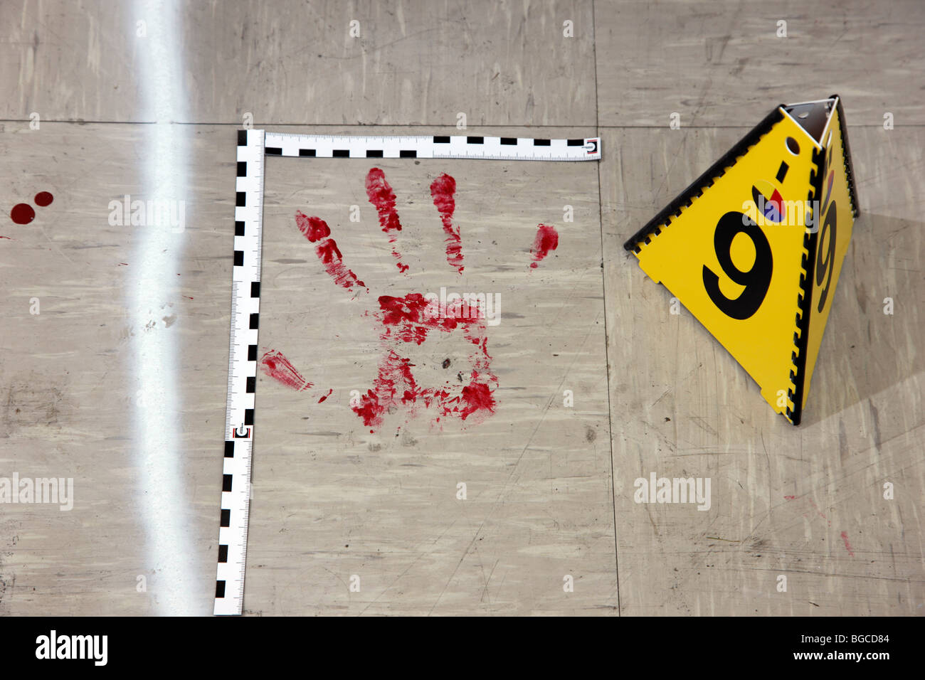 Den Tätern, forensische Personen am Tatort eines Mordes. Polizeiarbeit, Erhaltung der Beweise. Stockbild