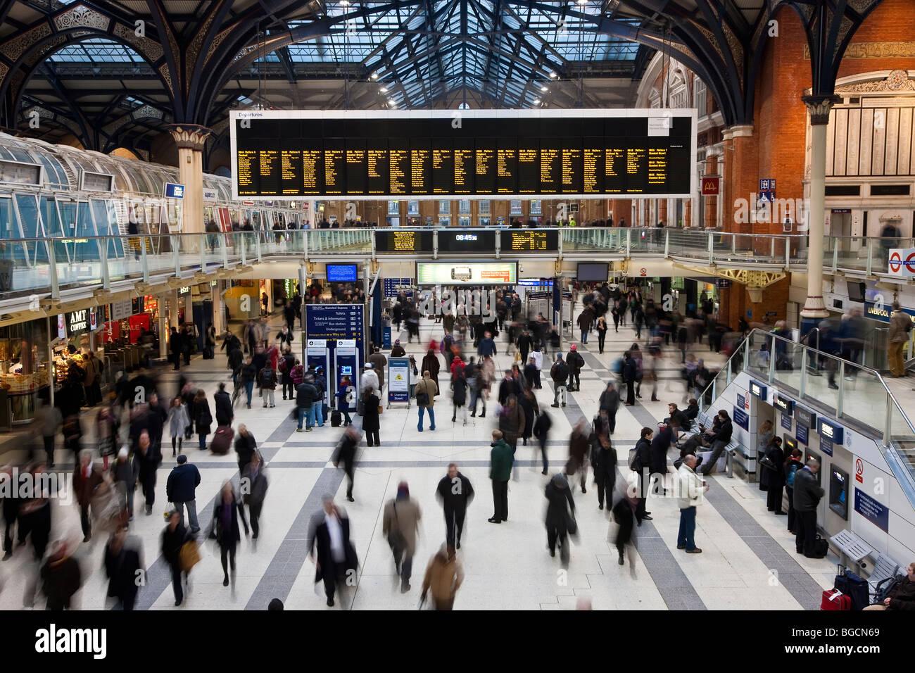 Der Bahnhof Liverpool Street im morgendlichen Berufsverkehr, London, UK Stockbild